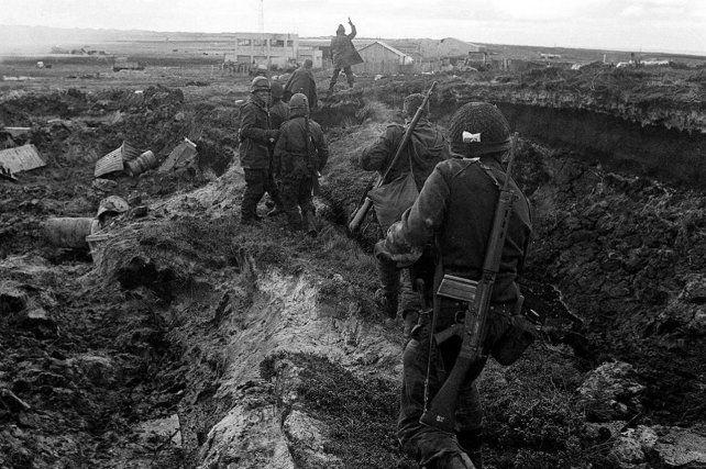 Una imagen histórica de soldados argentinos cubriendo una de las posiciones en las islas.