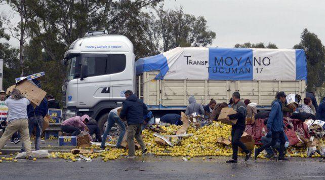 Jóvenes y hasta familias enteras llegaron hasta Circunvalación y Baigorria para recolectar parte de la carga esparcida en el asfalto.