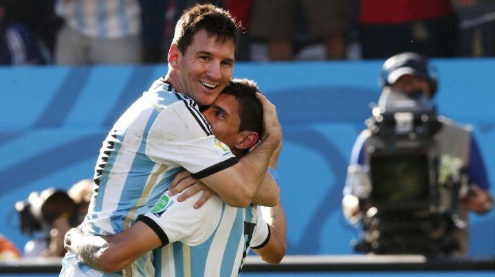 Compañeros. Di María y un abrazo interminable con Messi. La sociedad que necesita la selección.