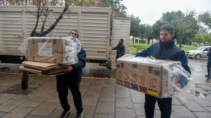 Las autoridades terminaron de distribuir ayer las urnas y boletas a utilizar en los centros de votación de Rosario y el resto de la provincia.