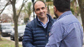 El día de los comicios, Corral lleva en los bolsillos objetos que la gente le regaló durante la campaña.