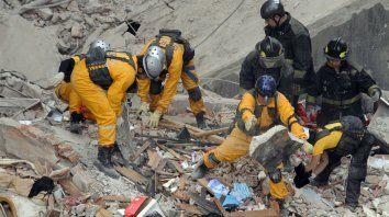 Desesperación. Los rescatistas hicieron el máximo esfuerzo para hallar personas con vida.
