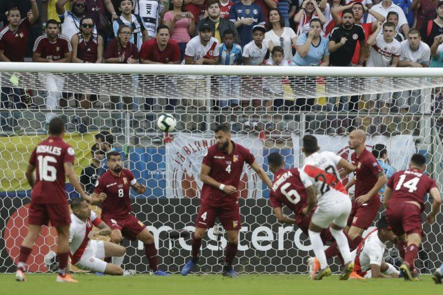 Gol anulado. A los 6 lo marcó el peruano Christofer Gonzales y el VAR marcó un claro offside.