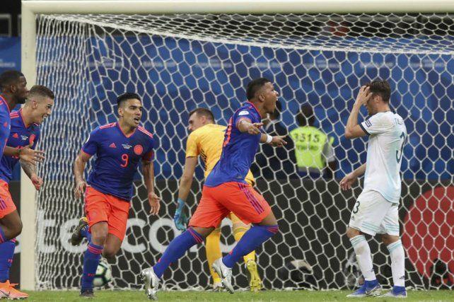 El primero. Roger Martínez ya marcó y todo Colombia celebra.