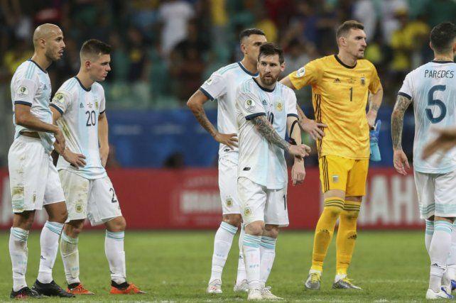 Preocupado. Messi no pudo gravitar ante Colombia. Fue absorbido por una férrea marca.