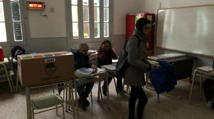 En las escuelas comenzaron a votar a medida que la luz natural lo permitió.