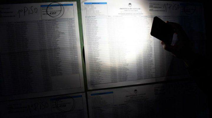 En algunas escuelas esta mañana se votó casi en penumbras.