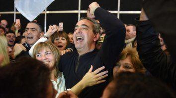 Pablo Javkin celebra el triunfo abrazado a su contrincante en la interna, la socialista Verónica Irizar.