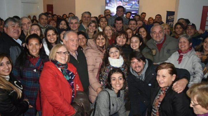 Festejo masivo. Alberto Ricci celebró la victoria con sus seguidores.
