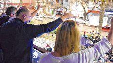 Compañeros. Perotti, junto a Alejandra Rodenas, saluda a los militantes que se acercaron a la sede del PJ.