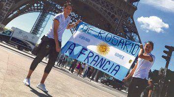 Monumento a la Bandera. Vanina y Virginia, con el emblema local en la Torre Eiffel.