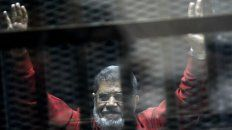Prisionero. Mursi saluda durante una de sus comparecencias judiciales. Estaba detenido desde 2013.