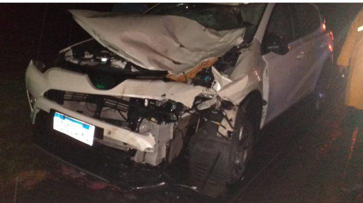 Un auto atropelló a un caballo y causó un choque múltiple
