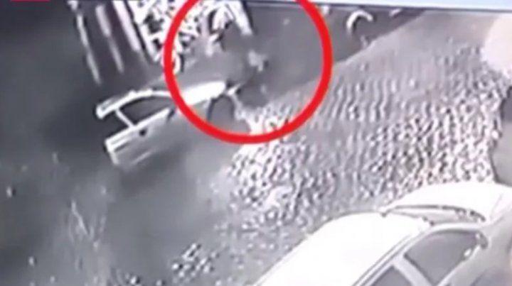Un video muestra cómo descartan el cadáver encontrado en Colegiales