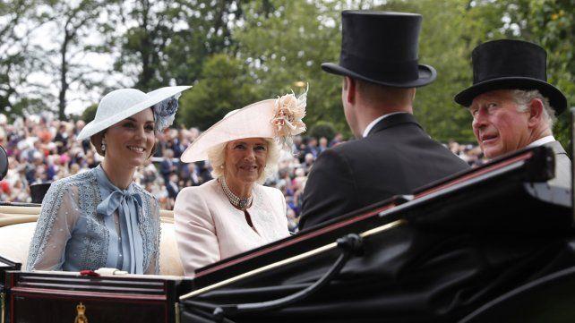 La tradicional carrera de caballos Royal Ascot reúne a la realeza europea