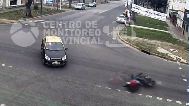 Un motociclista derrapó y terminó debajo de un taxi