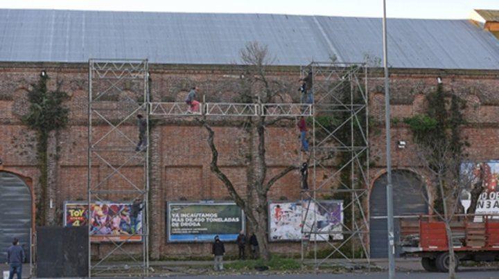 Preparativos. Ayer comenzaron a montar estructuras para las pantallas gigantes que transmitirán el acto.