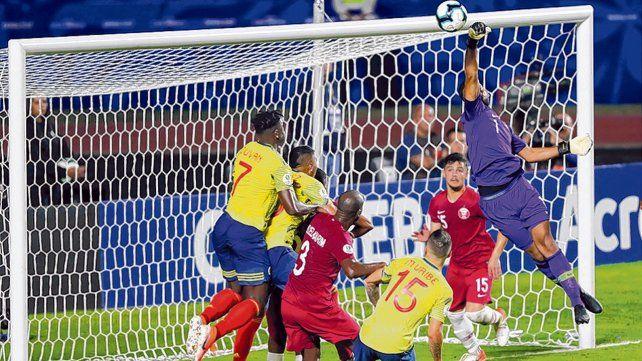 Peligro de gol. El arquero qatarí se apresta a rechazar ante la llegada del delantero Duván Zapata
