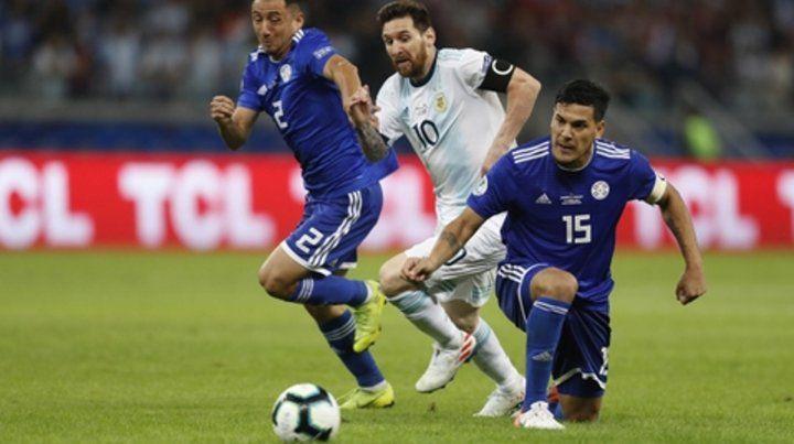 Siempre apretado. Messi la pelea con Piris y Gómez. Argentina sigue igual