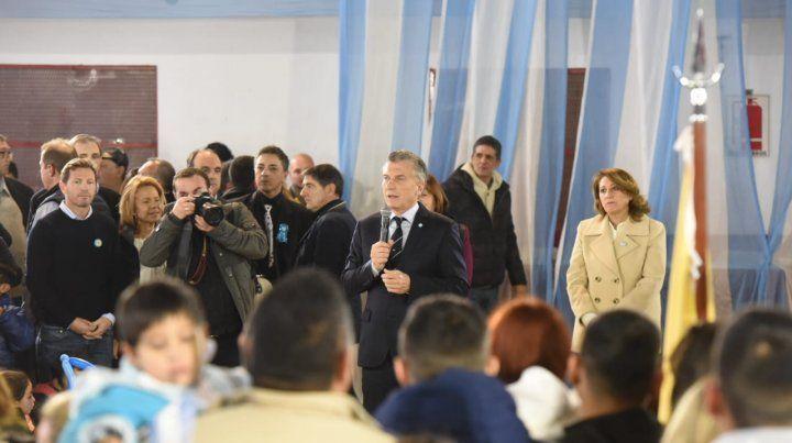 El presidente pronunció su discurso en el club Ciclón. Detrás