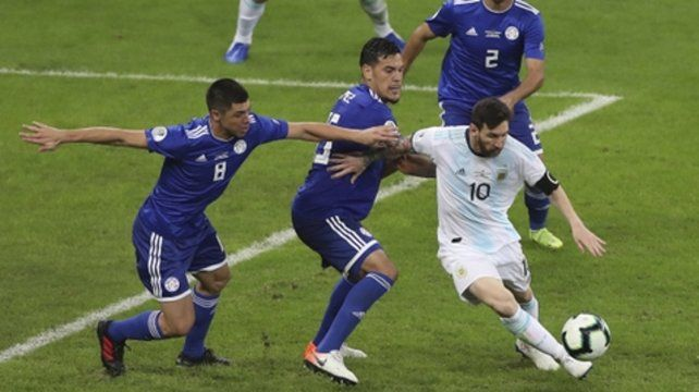 Estás rodeado. Lionel Messi esquiva rivales