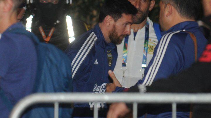 La selección argentina llegó a Porto Alegre envuelta en dudas e indiferencia