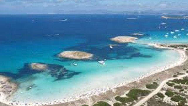 Playa de Ses Illetes. Su arena blanca y aguas turquesas y cristalinas le han servido para lograr la medalla de plata. Es el lugar ideal para descansar al sol