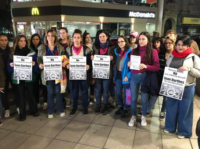 Un grupo de mujeres repudió la presencia de Darthés en Rosario.