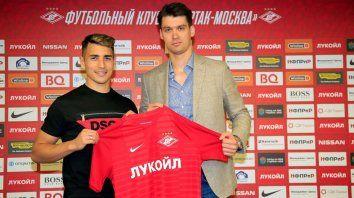 Ezequiel Ponce cumple con una de las actividades protocolares, posando con su nueva camiseta, acompañado por el director general de Spartak, Tomas Zorn.
