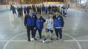 Los dueños de la pelota. Agustín y Gastón (der), compañeros y técnicos Davanzo y Conforti.