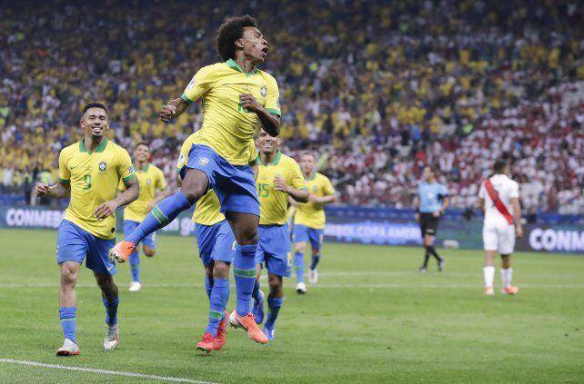 Brasil goleó a Perú y se clasificó primero en su grupo