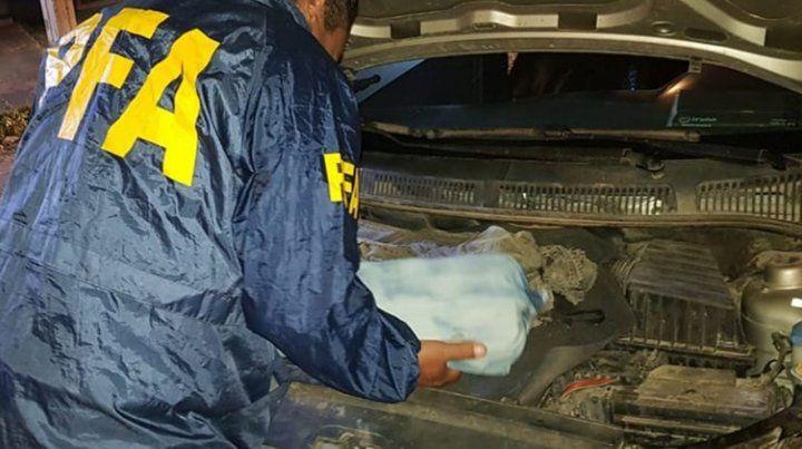 Bajo el capot. La droga era transportada escondida en el motor.