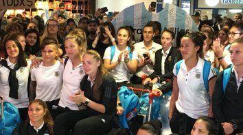 Atentas. Al llegar, las jugadoras fueron homenajeadas con un video en el que participaron dirigentes, periodistas y familiares.