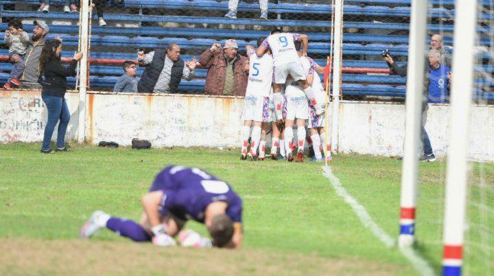 Central Córdoba festeja en el fondo el gol de Yassogna. Lo sufre Miño.