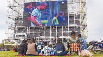 Una tarde distinta. Familias completas, mates, galletitas y camisetas de Leo Messi fueron el denominador común entre los vecinos de la zona sur que se acercaron a Ayacucho al 4800 y vieron el partido en pantalla gigante.