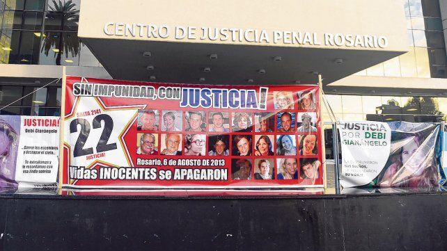 Reclamo. Las pancartas que exigen Justicia son colocadas cada mañana por los familiares de las víctimas en el frente del edificio del Centro de Justicia Penal.