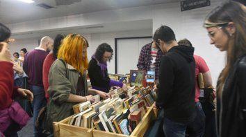 Hurgando. Muchos se acercaron a buscar ediciones que en las librerías convencionales ya no se consiguen.