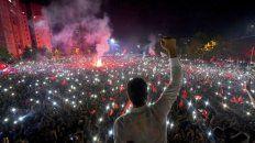 victoria. El ganador, Ekrem Imamoglu, saluda a una enorme multitud anoche en Estambul.