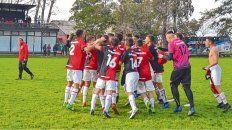 Celebración. El plantel de 7ª goleó de local a Estudiantes por 4 a 0 en la última fecha y se aseguró jugar la final.