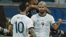 Venga ese abrazo. Leo Messi va al encuentro del Kun Agüero, que anotó el 2 a 0 ante Qatar en Porto Alegre.