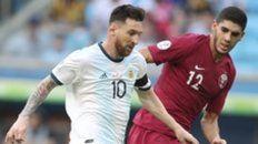 Al pie. Messi inicia un ataque albiceleste. Esta vez el diez no incidió demasiado.