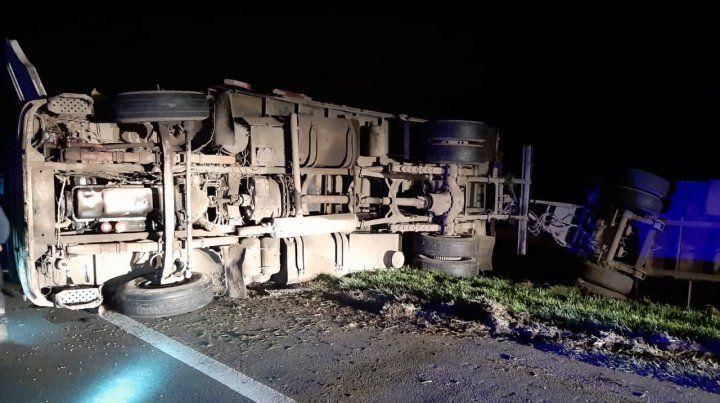 Un camión volcó en la autopista a Santa Fe y el chofer resultó herido