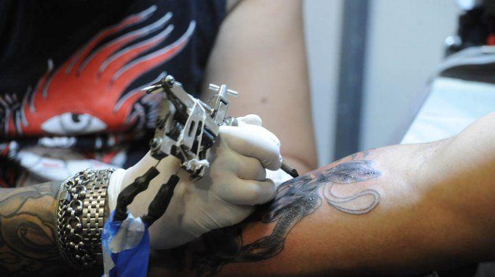 Alerta por casos de infección en la piel luego de realizarse tatuajes en Rosario