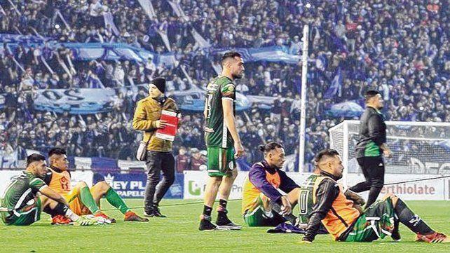 Sentada tucumana. Los jugadores de San Jorge eligieron esta manera para protestar las decisiones del árbitro Adrián Franklin.