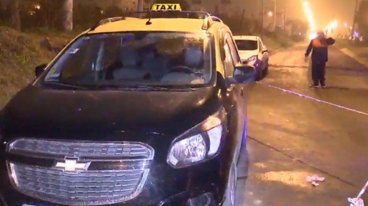 Las manchas de sangre sobresalen al lado del taxi