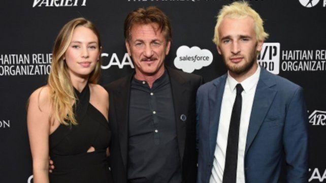 Unidos. El actor y director junto a sus hijos