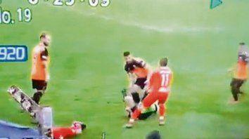 Instantánea. La imagen muestra al árbitro en el suelo y a su agresor.