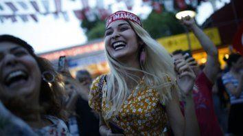 Look. Chicas de Estambul celebran la victoria opositora.
