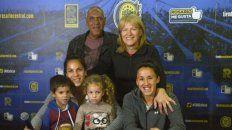 En casa y en familia. Vanina con sus hijos, Luna y Romeo, y sus padres Adriana y Hugo, junto a Virginia.
