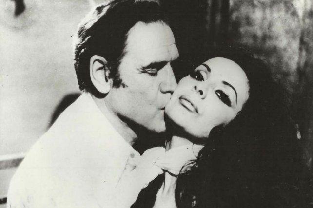 Armando Bó, en una escena romántica junto a la Coca Sarli.